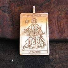 Pendentif or carte de Tarot, le Grand Prêtre