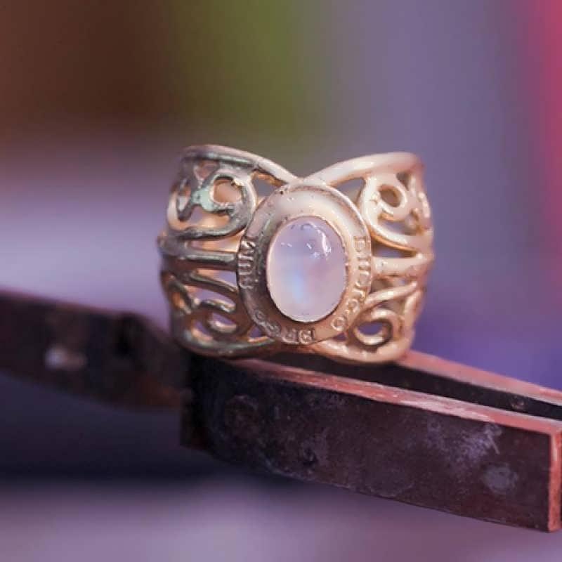 """A 14k gold """"Diligo ergo sum"""" ring"""