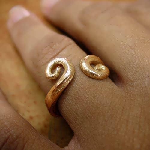 Equilibrium ring gold