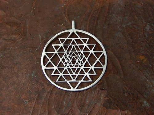 http://www.ka-gold-jewelry.com/images/products-500//sri-yantra/sri-yantra3.jpg