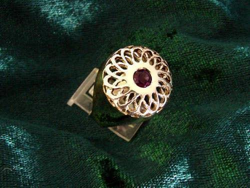 Torus knot ring gold with Garnet